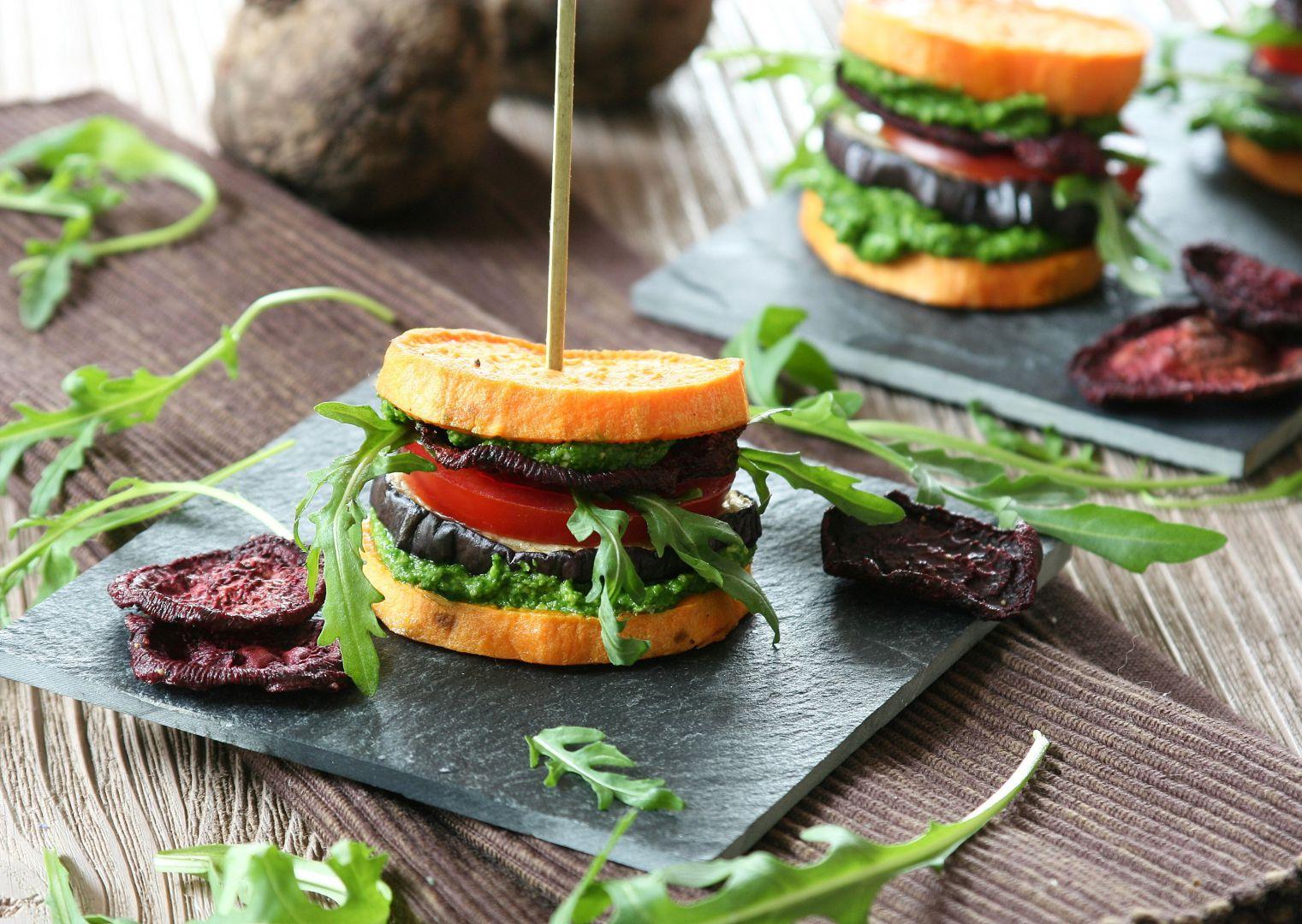 Batátové burgery se špenátovým pestem recept