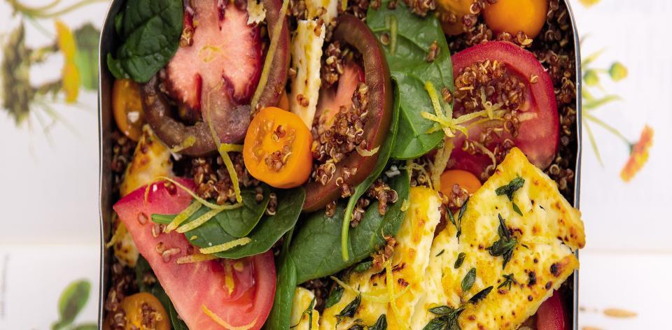 Salát s quinoou a opečeným sýrem feta
