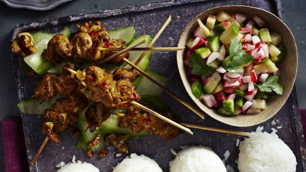 Indonéské vepřové špízky s ředkvičkovým salátkem