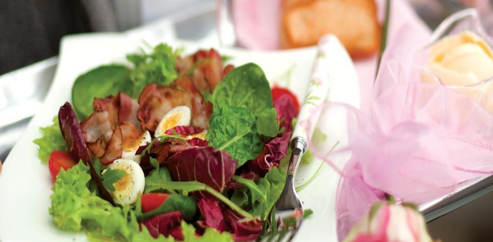 Teplý salát s křepelčími vajíčky