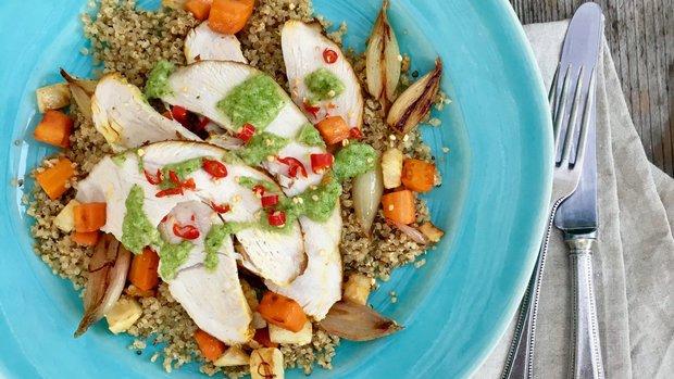 Pečená krůtí prsa s quinoou, kořenovou zeleninou a bylinkovým ...