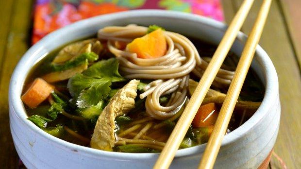 Kuřecí polévka se zimní zeleninou na asijský způsob