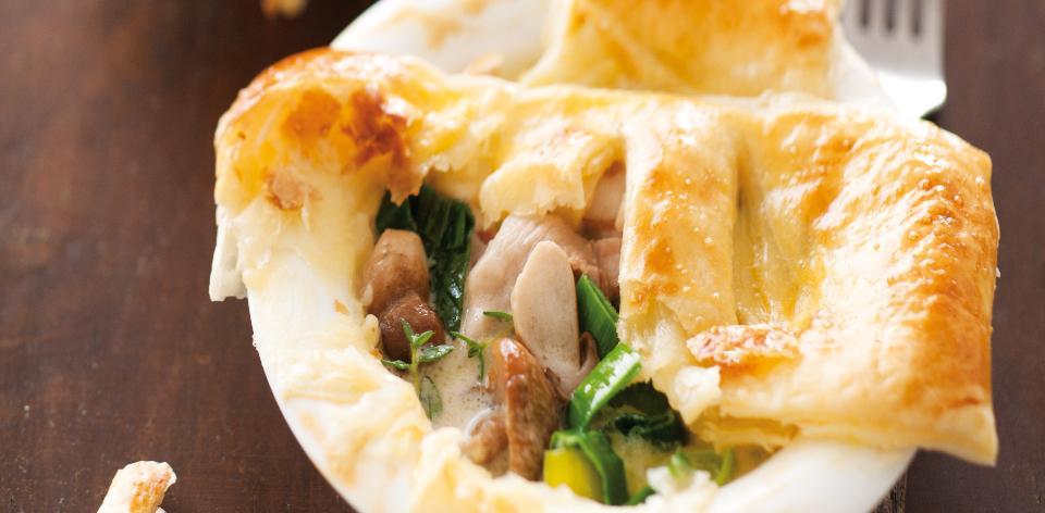 Koláč z listovéh těsta s kuřecím masem a hříbky