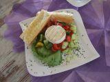 Zeleninový salát s grilovaným Hermelínem a česnekovou bagetou ...
