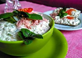 Salát z natural tofu, gorgonzoly a camembertu s okurkou a jogurtem ...