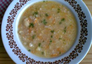 Květáková polévka s krupicí a vejci