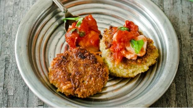 Quinoa placičky s brokolicí a fazolemi s rajčatovo-mozzarellovým ...