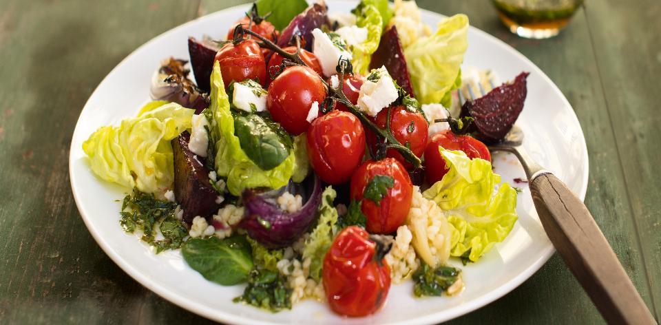 Salát s bulgurem, červenou řepou a sýrem feta