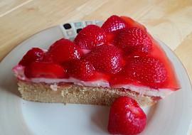 Bezlepkový piškotový koláč s pudinkem, jahodami a želatinou ...