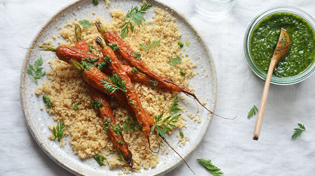 Pečená mrkev s pestem z mrkvové natě