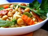 Orzo  těstovinnová rýže s cizrnou, zeleninou a slaninkou recept ...