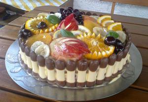 Piškotový dort s ovocem a marmeládou
