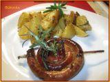 Zapečená vinná klobása s rozmarýnem, tymiánem a bramborami v ...