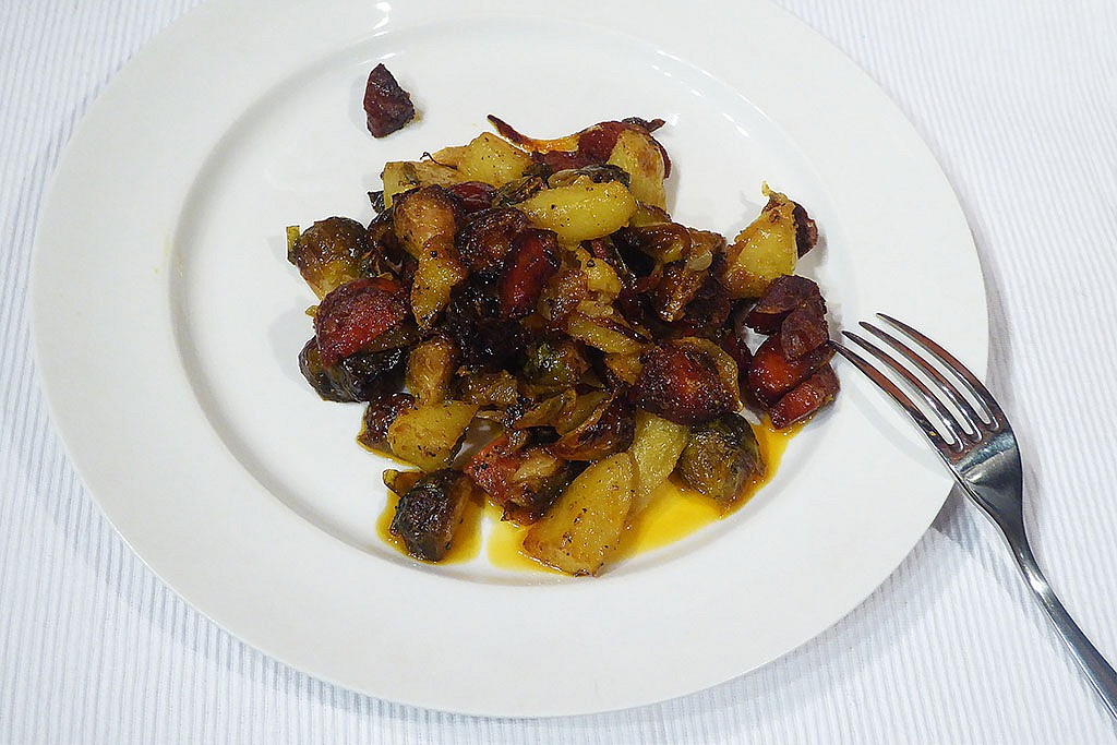 Pečená růžičková kapusta se salámem, brambory a cibulí recept ...
