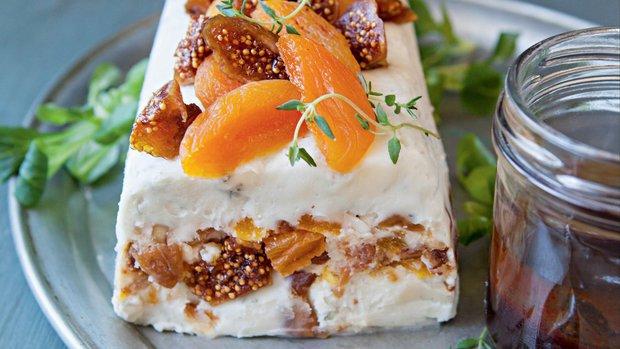 Sýrová terina s ořechy a sušeným ovocem