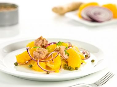 Pomerančový salát s cibulí a tuňákem
