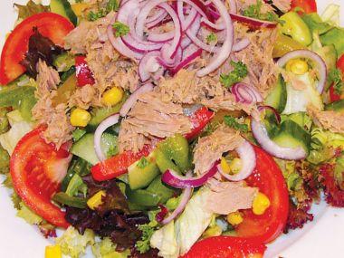 Recept Pestrobarevný salát s tuňákem