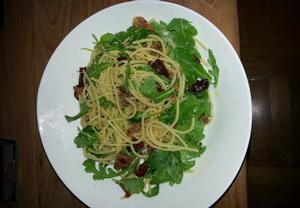 Špagety s rukolou,sušenými rajčaty,italskou šunkou posypané ...