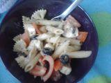 Těstovinový salát s černými olivami a balkánským sýrem recept ...
