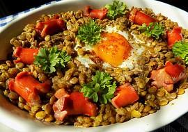 Zapečená čočka s párkem a vejcem recept