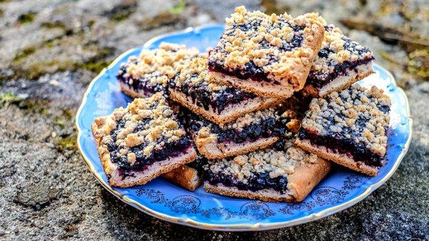 Křupavý a nadýchaný nekynutý koláč s borůvkami a ořechovou ...