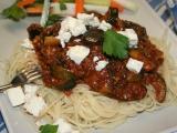 Špagety s lilkem, cuketou a mletým masem, sypané fetou recept ...