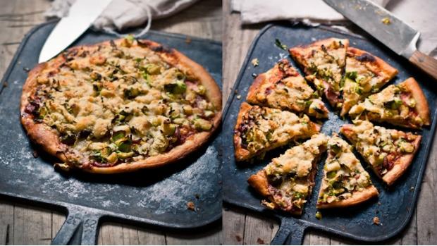 Pizza se slaninou, růžičkovou kapustou a parmezánem