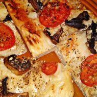 Slaný smetanový koláč s rajčaty, žampiony a sýrem recept