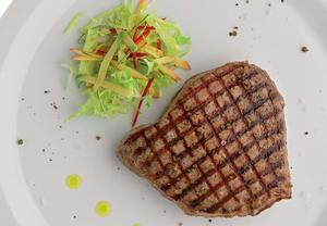 Grilovaný tuňák se salátem a broskví