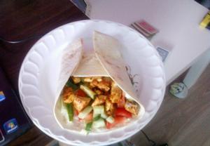 Tortilla s kuřecím masem a zeleninou