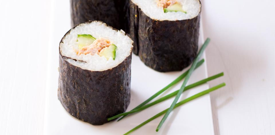 Domácí maki sushi s tuňákem a okurkou