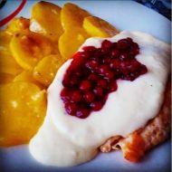 Kuřecí řízek se sýrovou omáčkou a brusinkami recept