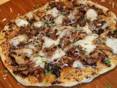 Pizza s houbami, mascarpone a parmazánem