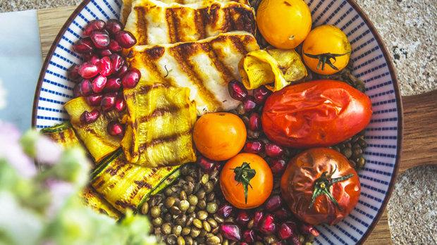 Letní miska s čočkou, grilovanou zeleninou a halloumi