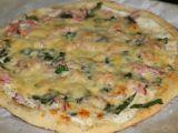 Smetanová pizza s medvědím česnekem a šunkou recept ...