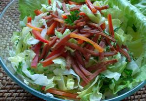 Ledový salát s buřtíkovými nudličkami