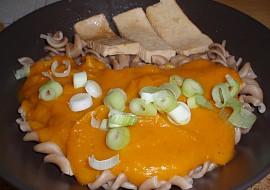 Dýňová omáčka s marinovaným tofu,špaldové vrtulky recept ...