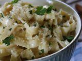 Těstoviny z jednoho hrnce s česnekovou omáčkou recept ...