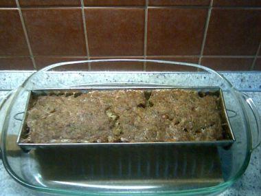 Chlebová sekaná s cuketou a houbami.