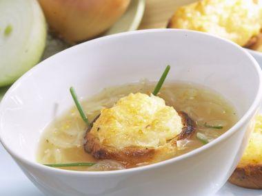 Rychlá, levná cibulová polévka (cibulačka)