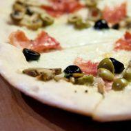 Pizza prosciutto s olivami a hřiby recept