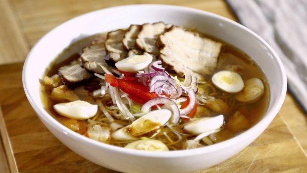 Vietnamská polévka s vepřovým bůčkem