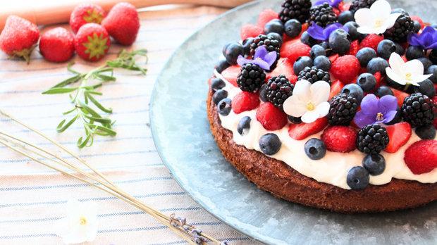 Bezlepkový dort s jogurtovým krémem a lesním ovocem