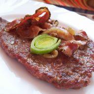 Hovězí plátky na slanině a cibuli recept