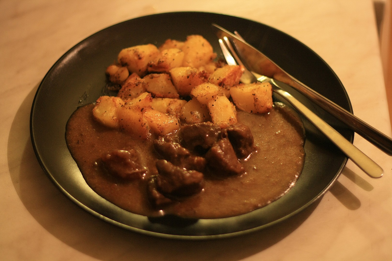 Divoký guláš s pečenými brambory recept