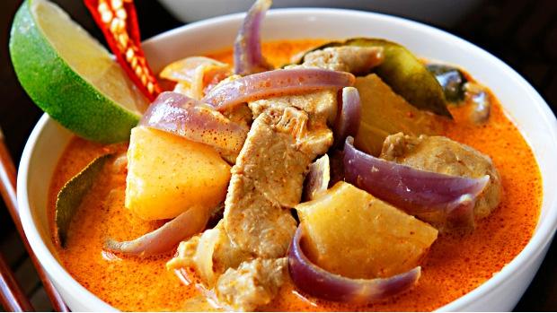 Červené thajské kari s ananasem