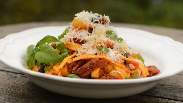 Čerstvé těstoviny se sušenými rajčaty, olivami a pikantní klobásou ...