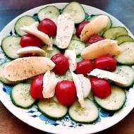 Okurkový salát s rajčaty a mozzarellou recept