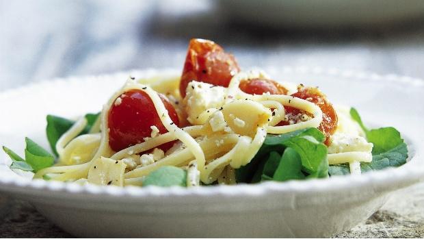 Špagety s cherry rajčátky, fetou a rukolou