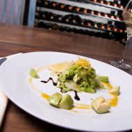 Trhaný salát s avokádem a medovým dresinkem recept